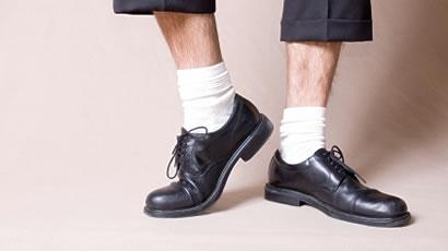 pantofi negri sosete albe